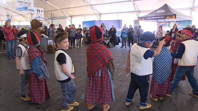 Les jeunes autochtones innus de Uashat Maliotenam préparent le makusham, une danse traditionnelle pour le plaisir des touristes et des photographes