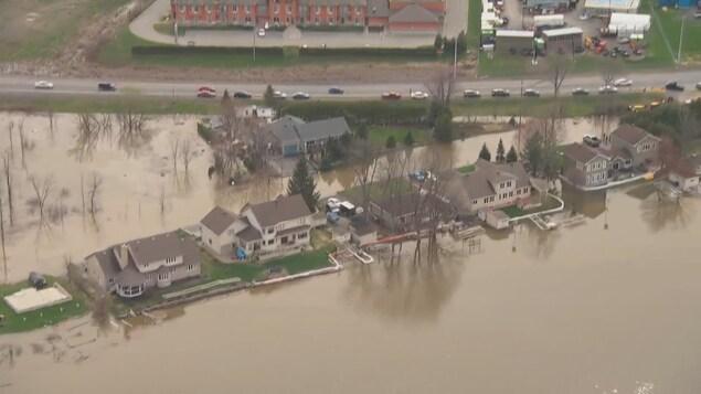 L'eau entoure des maisons.