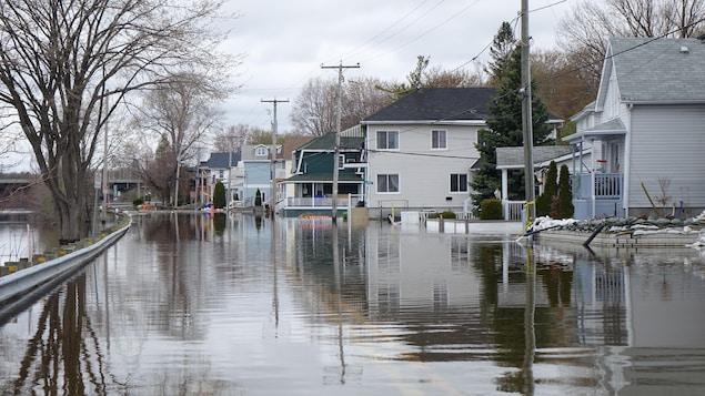 Une rue inondée de Gatineau en bordure de la rivière des Outaouais.