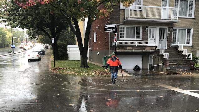 Un homme se tient dans l'eau devant la maison de Mme Chamsi.