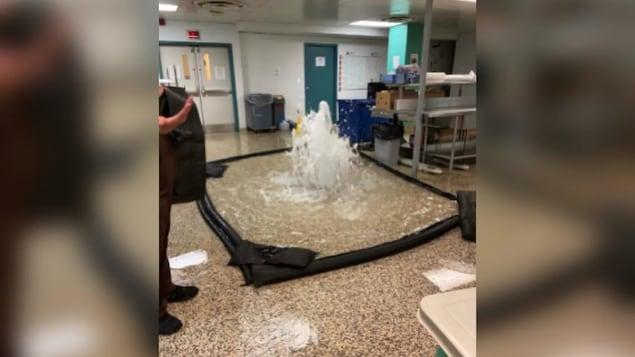Le plancher du laboratoire inondé.