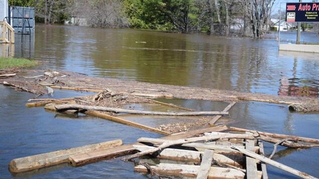 Des débris dans l'eau à Fredericton.