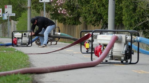 Des pompes déployées dans les rues de Pierrefonds