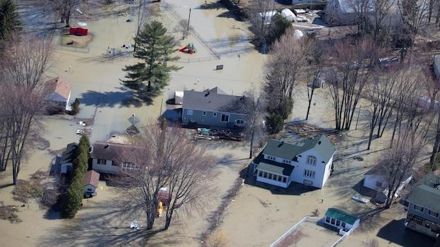 Images aériennes de plusieurs maisons entourées d'eau
