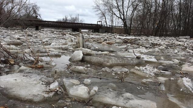 Gros morceaux de glace dans une rivière