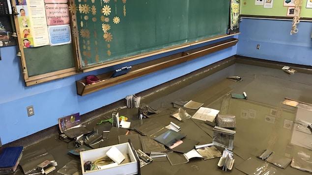 L'eau a fait des ravages dans cette classe, considérée perte totale.