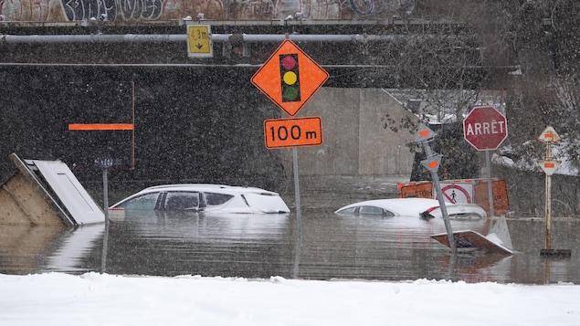 Des voitures sous l'eau.