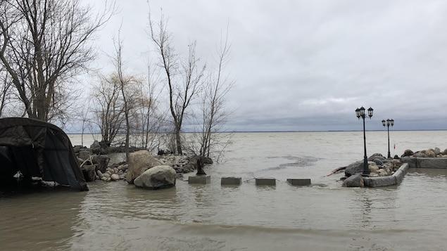 Le niveau de l'eau monte rapidement à Yamachiche.
