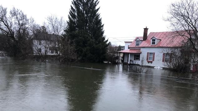 Niveau de la rivière élevé qui s'approche d'une résidence.
