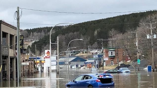 Des voitures sont presque submergées.
