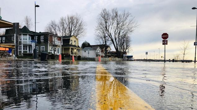 Rue submergée par la rivière.