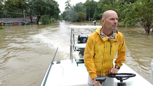 Le citoyen de Houston Stephen Amling qui mène une opération de sauvetage.