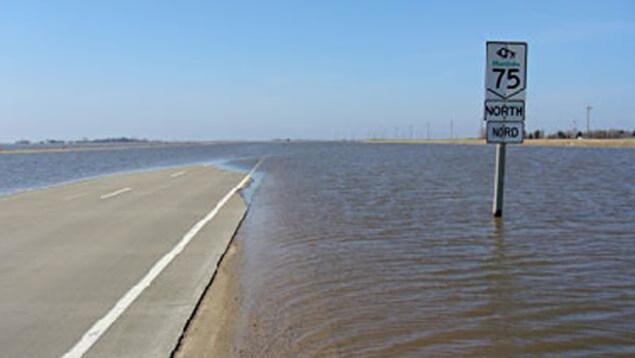 La route 75 au Manitoba inondée lors des inondations de 2011