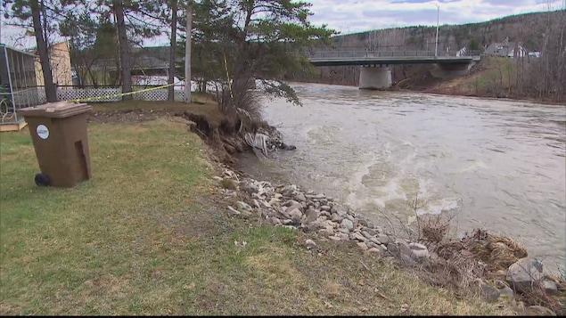L'érosion a encore dévoré des portions de terrain au bord e de la rivière Matapédia