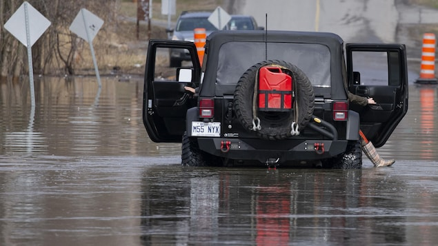 une jeep dans les eaux