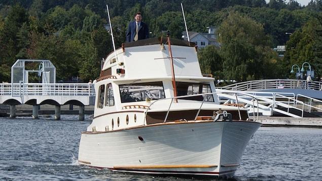 Ken Schley, sur le toit de son bateau, dans le port de Nanaimo