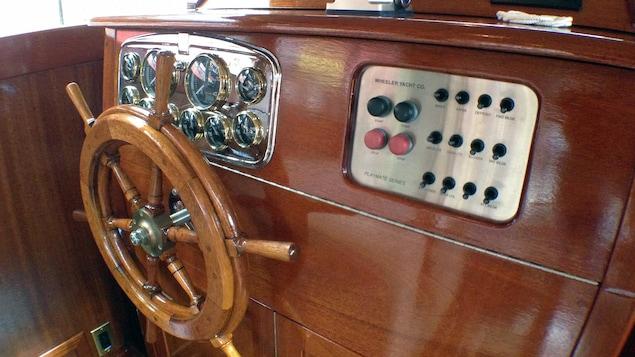 Le tableau de bord du SS Minnow, avec la barre originale et les nouveau outils technologiques