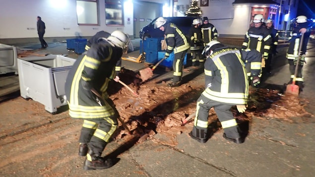 Les pompiers de Werl en Allemagne dégagent la rue après un déversement de chocolat liquide