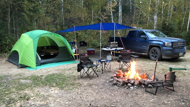 Une tente et une installation de camping sur une terre publique.