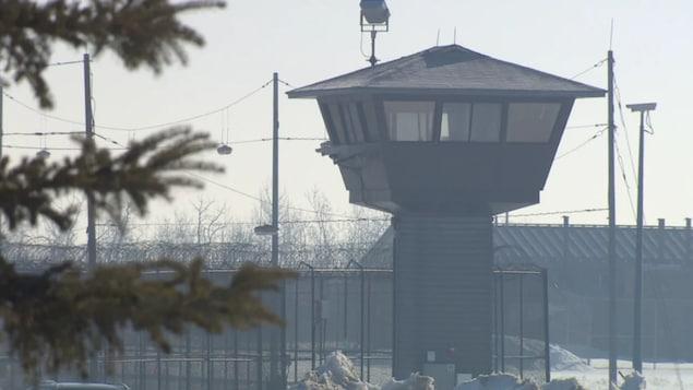 Une tour de garde dans une cour de prison.