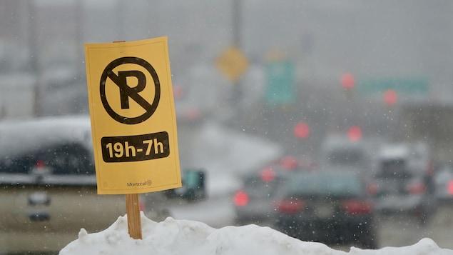 Une pancarte d'interdiction de stationner à Montréal
