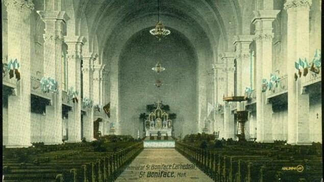 L'intérieur d'une grande cathédrale de début du 20e siècle.