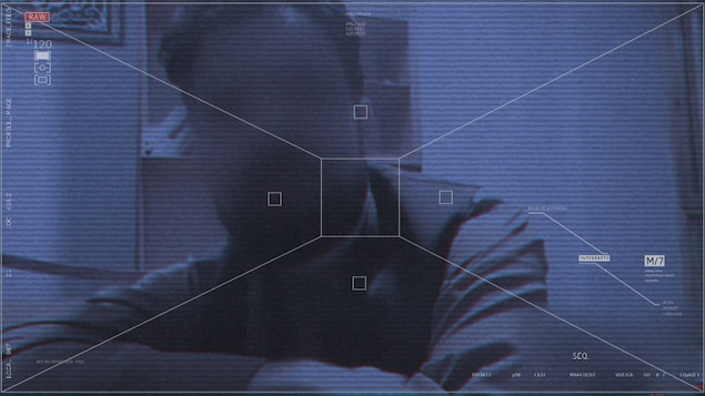Un homme derrière un écran flou.