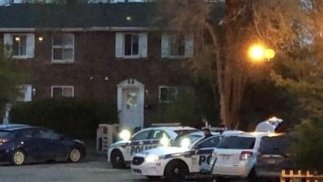 Des policiers devant un immeuble.