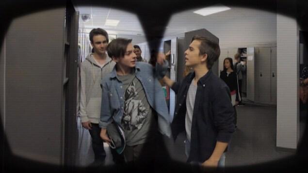 Le projet-pilote se présente sous forme de vidéos, où l'on peut voir des scènes d'intimidation ou de conflits, à 360 degrés.