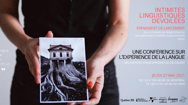 Une personne qui tient une photo d'une maison avec des racines d'arbres et les informations de la conférence Intimités linguistiques dévoilées.