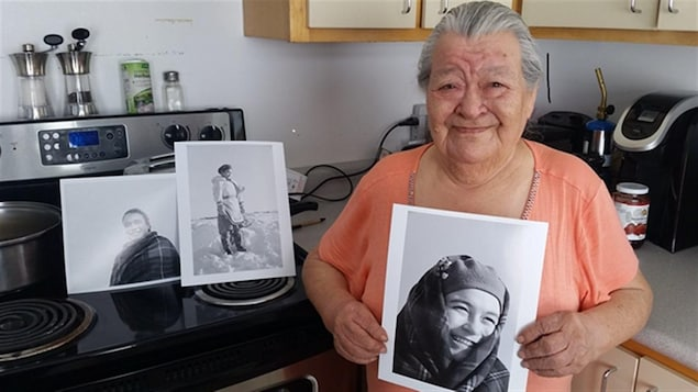 Martha Kasudluak avec ses photos ont été prise entre 1947 à 1948 en Inukjuak (Québec), avril 2016