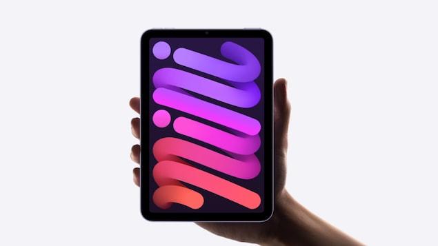 Une tablette dans la paume d'une main.