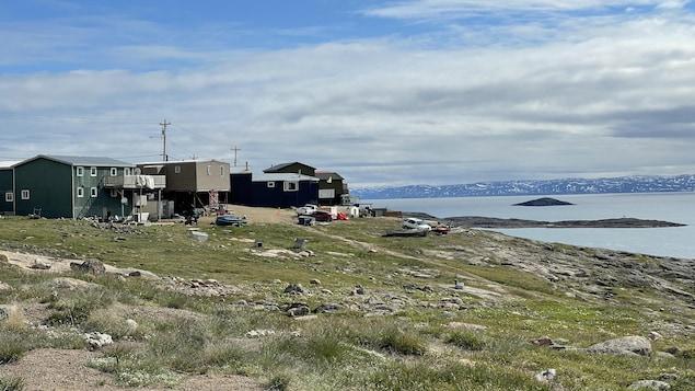 Des maisons à Iqaluit en été.