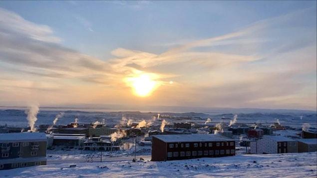 La ville d'Iqaluit en décembre 2020 lors d'un lever de soleil.