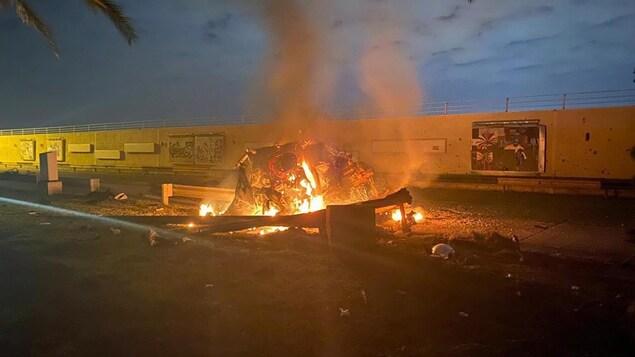Des débris en feu à l'aube.