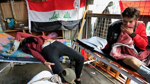 Un homme blessé lors des manifestations contre le gouvernement à Bagdad, en Irak, le 25 janvier 2020.