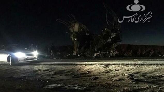 Une voiture est vue sur le site de l'attentat suicide où 27 membres des Gardiens de la révolution ont été tués.