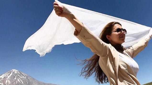Une femme ayant retiré son hidjab blanc.