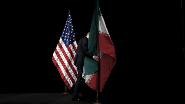 Les drapeaux des États-Unis et de l'Iran sur une scène