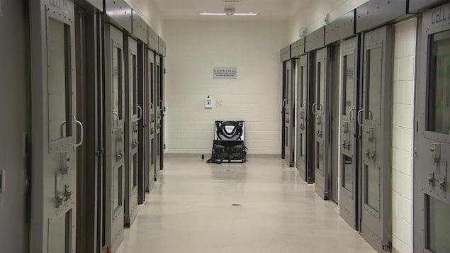 Plusieurs cellules de prison.