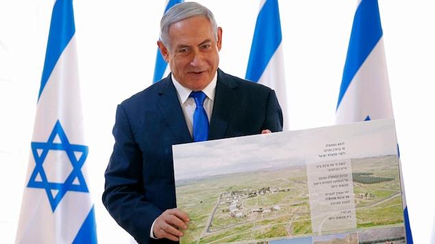 Benyamin Nétanyahou tient une carte en point de presse.