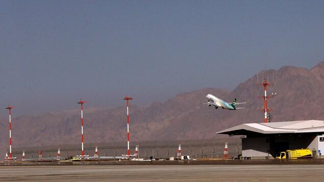 Un avion de la compagnie israélienne Arkia décolle depuis l'aéroport international Ramon à Eilat en Israël