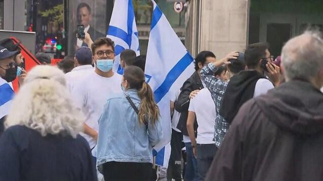 Des manifestants brandissant des drapeaux d'Israël.