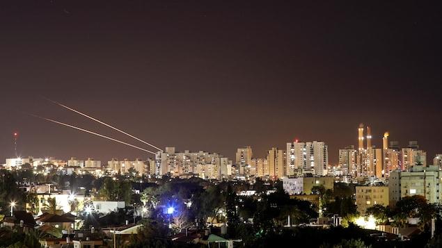 Une roquette lancée de Gaza vers Israël.