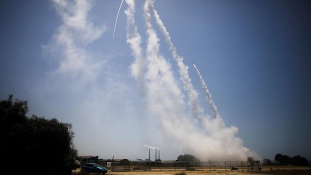 Le système antimissile israélien Iron Dome intercepte des roquettes.