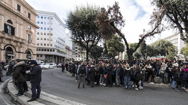 Professeurs et étudiants d'une école de Roma sont évacués de leur établissement en raison d'importantes secousses ressenties.