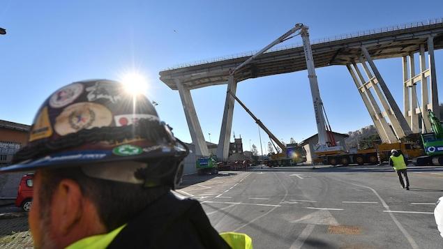 Ouverture du chantier de démolition du pont de l'autoroute Morandi en vue de la construction du futur pont à Gênes en Italie.