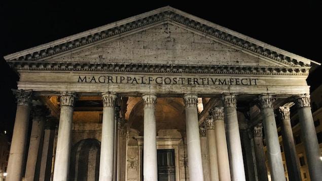 Le Panthéon de Rome la nuit.