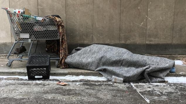 Une personne sans-abri en hiver.
