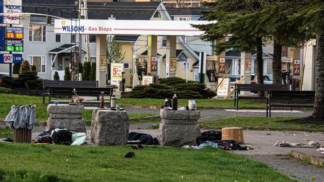 On peut y voir beaucoup de débris et des bouteilles d'alcool laissés là, selon lui, par des itinérants.